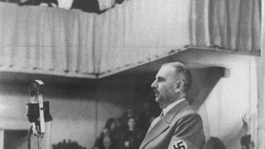 Zur 200-Jahr-Feier der Universität trat am 4. November 1943 auch der Reichsbildungsminister Bernhard Rust ans Rednerpult im Redoutensaal in Erlangen.