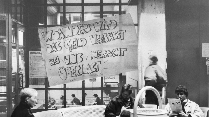 Studenten in Aktion: Mit Transparenten und Wandzeitungen haben 1988 die Studenten an der Wirtschafts- und sozialwissenschaftlichen Fakultät in Nürnberg gegen die eklatanten finanziellen und räumlichen Engpässe protestiert. Sinn dieser Aktion der Fachschaftsinitiative war es auch, ihre Kommilitonen auf eine studentische Vollversammlung aufmerksam zu machen.