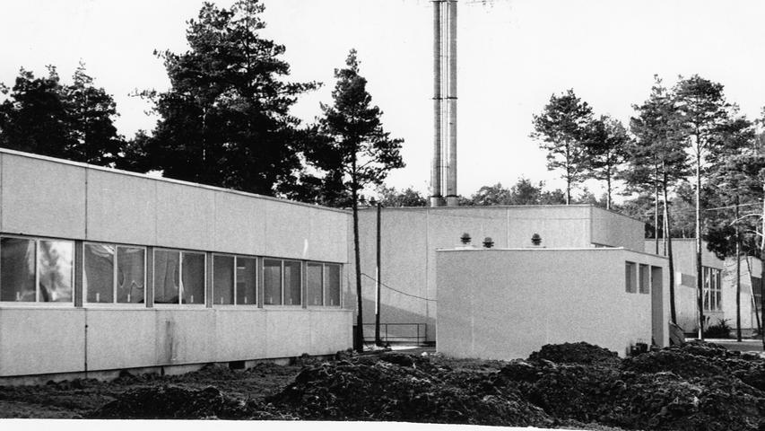 Schon lange setzt sich die Stadt Nürnberg dafür ein, eine Technische Universität zu erhalten. Doch sie zieht gegenüber der Uni in Erlangen den Kürzeren. 1966 eröffnet in der Hugenottenstadt die Technische Fakultät. Weil für sie viel Platz gebraucht wird und dieser im Zentrum der Stadt nicht zur Verfügung steht, wird ein eigener Campus im Südosten der Stadt gebaut.
