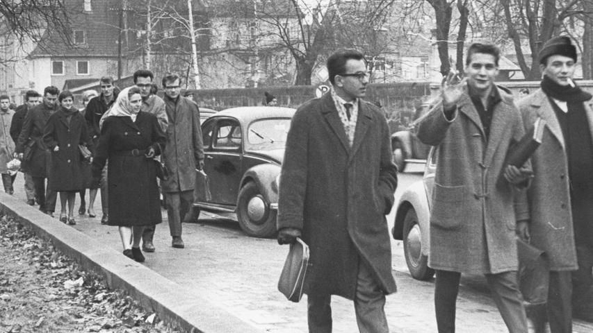 Im Jahr 1961 erhält die Uni Erlangen eine sechste Fakultät, indem die Nürnberger Hochschule für Wirtschafts- und Sozialwissenschaften angegliedert wird. Bislang war die Stadt Nürnberg der Träger. Mit dem Schritt geht auch ein neuer Name einher: Nun heißt die Einrichtung Universität Erlangen-Nürnberg.