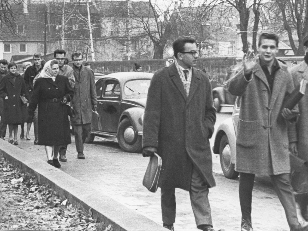 FOTO: Keine ANgaben; veröff. in Erlanger Ausgabe am 20.01.1962; historisch...MOTIV: Studenten; Universität Erlangen; Verkehr; Transport; 1960er; Frauen; Männer..KONTEXT:
