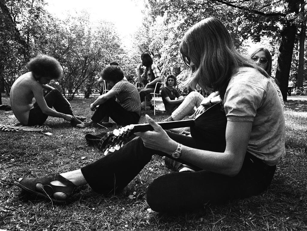 Jugendliche im Schlossgarten Erlangen Michael Engelhardt an der Bouzouki..Foto:Bernd Böhner 1971