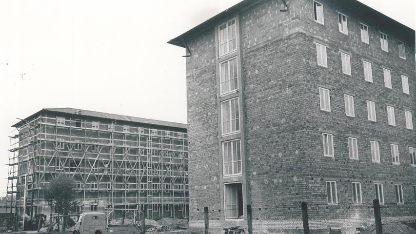 Mit dem Wintersemester 1945/46 wird an der Universität wieder gelehrt. Wie Heidelberg wurde Erlangen im Krieg kaum zerstört. In den kommenden 15 Jahren entstehen in der Stadt immer neue Gebäude für die Universität – etwa für die Juristen, Theologen und Mediziner. Auf der Fotografie ist das Studentenwohnheim Alexandrinum um 1952 zu sehen.
