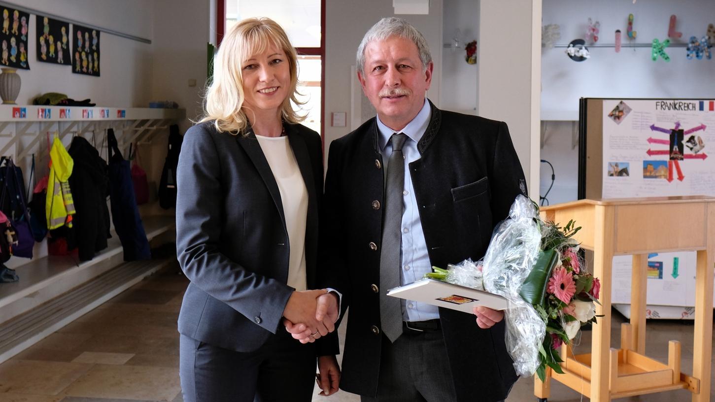 Cornelia Klaus wurde als neue Rektorin der Grundschule Gnotzheim ins Amt eingeführt - hier begrüßt von Bürgermeister Josef Weiß.