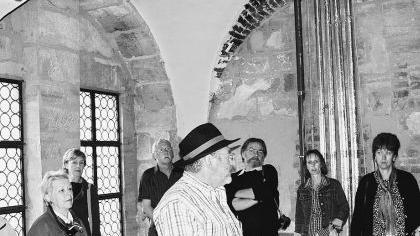 Walter Dietrich von der Arbeitsgemeinschaft Burg begrüßt im großen Saal des Ostflügels der Cadolzburg eine der vielen Besuchergruppen.Foto: Günter B. Kögler