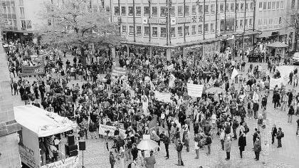"""Demonstration gegen den Sozialabbau, """"von oben betrachtet"""".Foto: Sippel"""