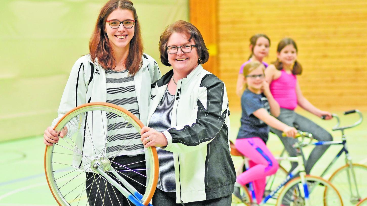Stabs- beziehungsweise Radübergabe: Doris Fürsattel (rechts) wird im Amt der Sportleiterin von der 20 Jahre jungen Julia Riedlinger (links) abgelöst.