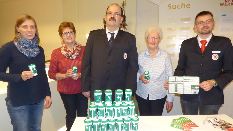 Die Notfall-Dosen wurden im Bürgerhaus vorgestellt: Im Bild (v.l.) Sabine Supp (Marienapotheke), Barbara Lord, Markus Popp (BRK), Luzia Roppelt und Daniel Sertl (BRK). l