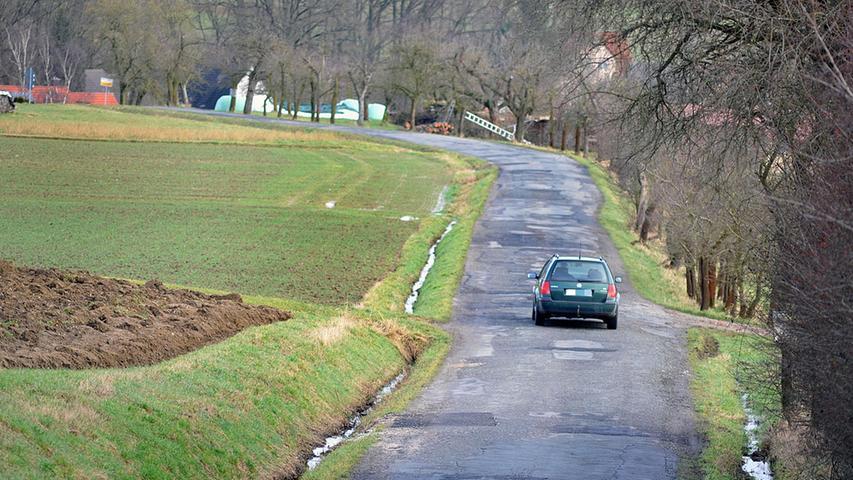 Die Straße zwischen dem Neunkirchener Ortsteil Ebersbach und Marloffstein gleicht einer Schlaglochpiste. Die Mitglieder des Reitvereins Stoppelhopser haben jetzt offiziell einen Antrag gestellt, damit die Fahrbahn saniert wird.