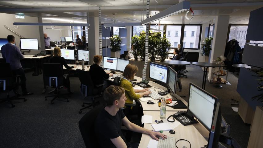 Damit sämtliche Kanäle optimal bespielt werden können, hat der Verlag Nürnberger Presse nicht nur inhaltliche, sondern auch räumliche Strukturen verändert: NN, NZ und nordbayern.de arbeiten seit dem Umbau im Jahr 2018 in einem gemeinsamen Newsroom.