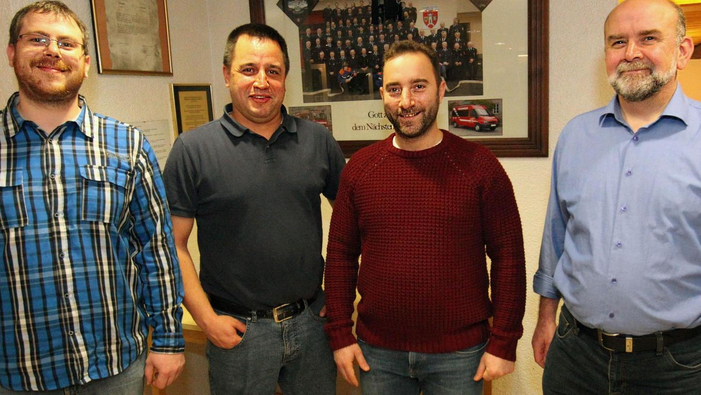Feuerwehrkommandant Sebastian Haußmann (li.) und Vereinsvorsitzender Gerhard Pfaffenritter (re.) heißen die beiden Neumitglieder Thomas Tropp (2. v. li.) und Shadi Al Husni (2. v. re.) willkommen.