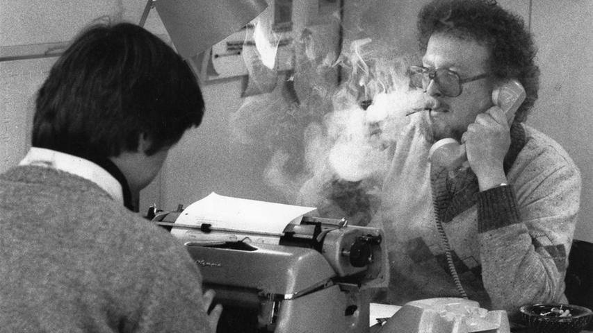 Texte tippen in die Schreibmaschine, Telefon-Recherche mit qualmender Zigarette: So sieht es 1980 in der Redaktion aus.