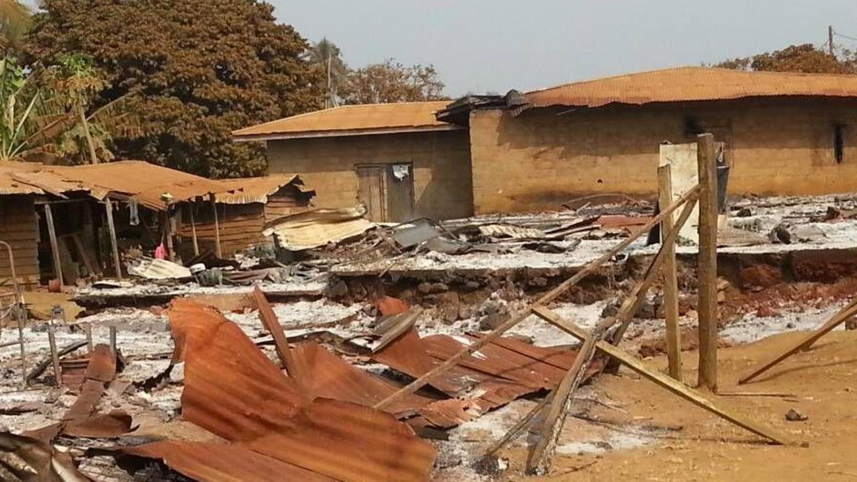 In Kamerun tobt eine Art Krieg zwischen zwei Bevölkerungsgruppen, und die Regierung sieht weg – oder mischt kräftig mit. Unser Foto zeigt die Zerstörungen nach Ausschreitungen in einem Dorf im Südwesten Kameruns im Bezirk Manyu.