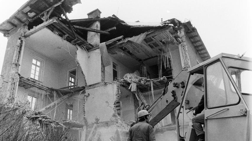 """Nur um wenige Monate """"überlebte"""" der Bahnhof Michelfeld, der zeitgleich mit der benachbarten Gaststätte """"Zum Bahnhof"""" im Juli 1977 seinen 100. Geburtstag gefeiert hatte, das Jubiläum. Vor genau 40 Jahren machte eine Abbruchfirma aus Nürnberg das Gebäude, in dem schon seit einem Jahr kein Personenverkehr mehr abgefertigt worden war, dem Erdboden gleich. Das stabile Mauerwerk der bis zu einen Meter dicken Wände und der gut erhaltene Dachstuhl gestalteten den Abriss schwierig. Stehen blieben vorerst die vermietete Güterhalle und die Gastwirtschaft."""