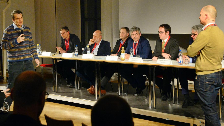 Von links: Stefan Jessenberger, Hans-Josef Fell, Jens Hauch, Stefan Lochmüller, OB Florian Janik und Alexander von Jagwitz mit Moderator Oliver Seth.