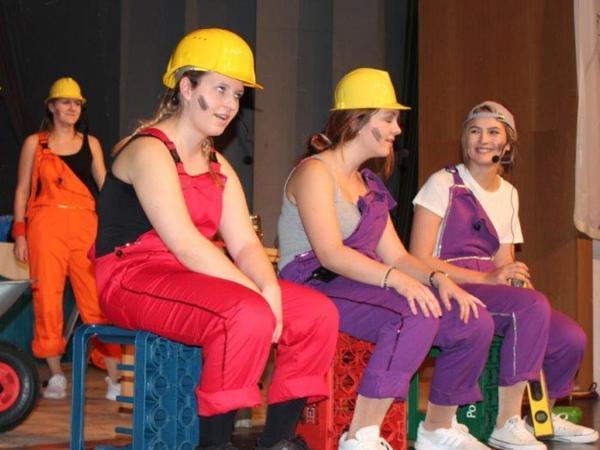 Als Bauarbeiter sorgte die Jugend in einem Sektch für Lacher.
