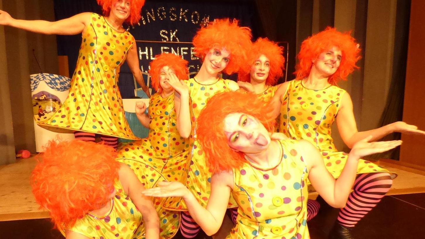 Als Clowns verkleidet kamen die Tänzerinnen des Damenballetts auf die Bühne.