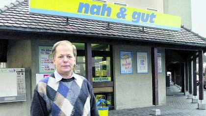 Hofft auf steigende Nachfrage: Karl Krufczyk vor seinem Laden in der Bauernfeindstraße.Foto: Karlheinz Daut