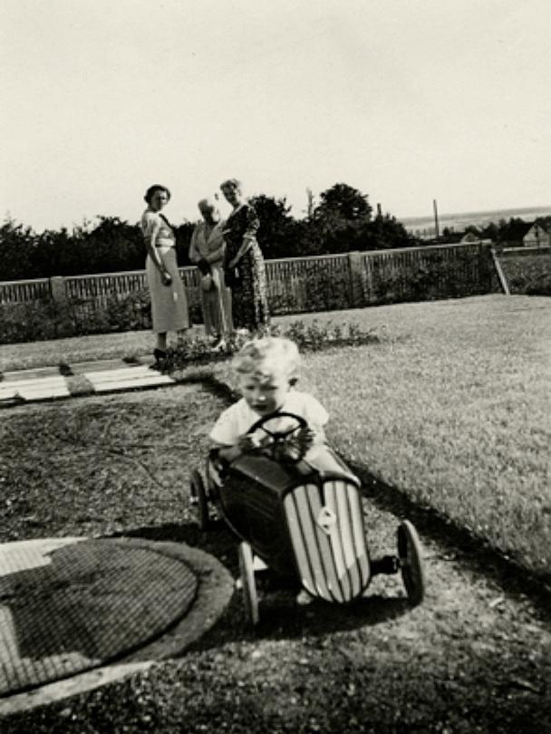 Doch bis dahin dauerte es noch ein wenig. 1964 begannn Horst Brandstätter - selbst einst begeisterter Traktorfahrer, wie das Bild aus Kindertagen demonstriert - erst einmal damit, Kunststoff-Sportboote, Wasserski und Öltanks zu produzieren. Auch an Plattenspielern und Sprechanlagen versuchte sich der ideenreiche Unternehmer. Ein durchschlagender Erfolg blieb dabei aus. Der stellte sich dann in den 1970er Jahren ein und war aus der Not geboren. Die Ölkrise verteuerte Kunststoff enorm und damit das Material, aus dem das Unternehmen seine Produkte fertigte. Der traditionsreiche Familienbetrieb stand mit dem Rücken zur Wand.