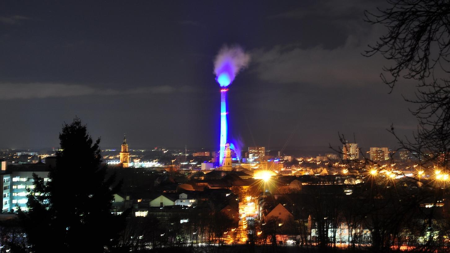 Zum Jahresende illuminierten die Erlanger Stadtwerke den Kamin in blau, anläßlich des 50-jährigen Bestehens des Energieversorgers