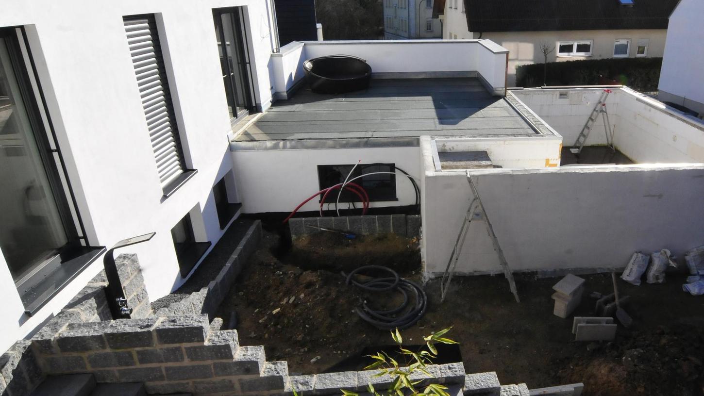 Ohne eine Baugenehmigung wurde die Doppelgarage gebaut, deren Dach als Terrasse genutzt wird. Auch für den Pool (rechts im Bild) fehlt eine Genehmigung.