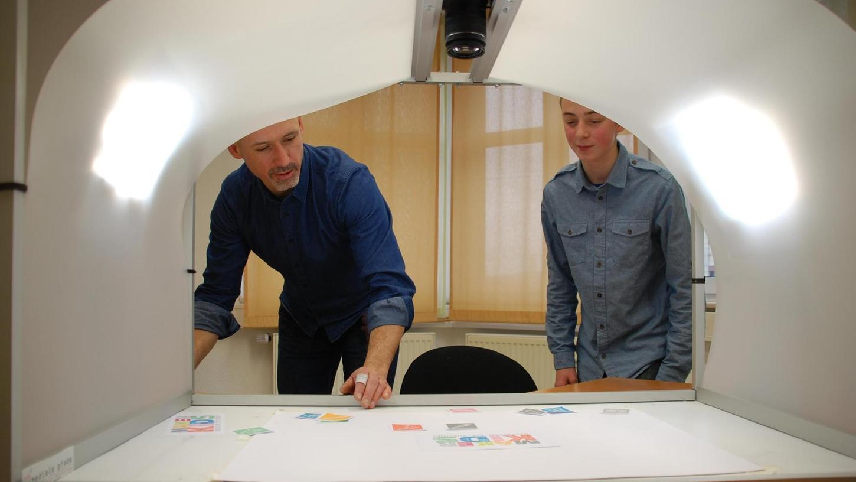 Auch das gibt's in der Fürther Technologie-Werkstatt: Connect-Leiter Florian Friedrich (links) erklärt einem Besucher die Stop-Motion-Technik für Trickfilme.