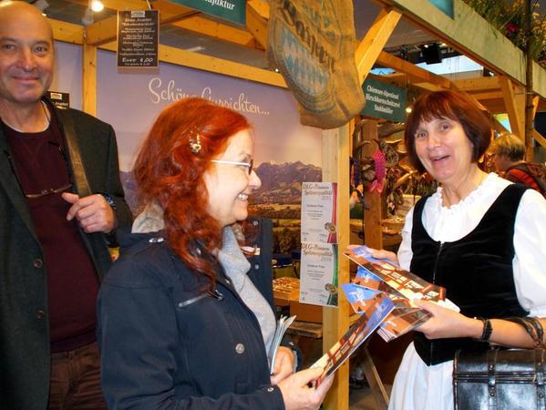 Anita Pentza verteilt auf der Grünen Woche Faltblätter, die zu einem Besuch von Gunzenhausen einladen.