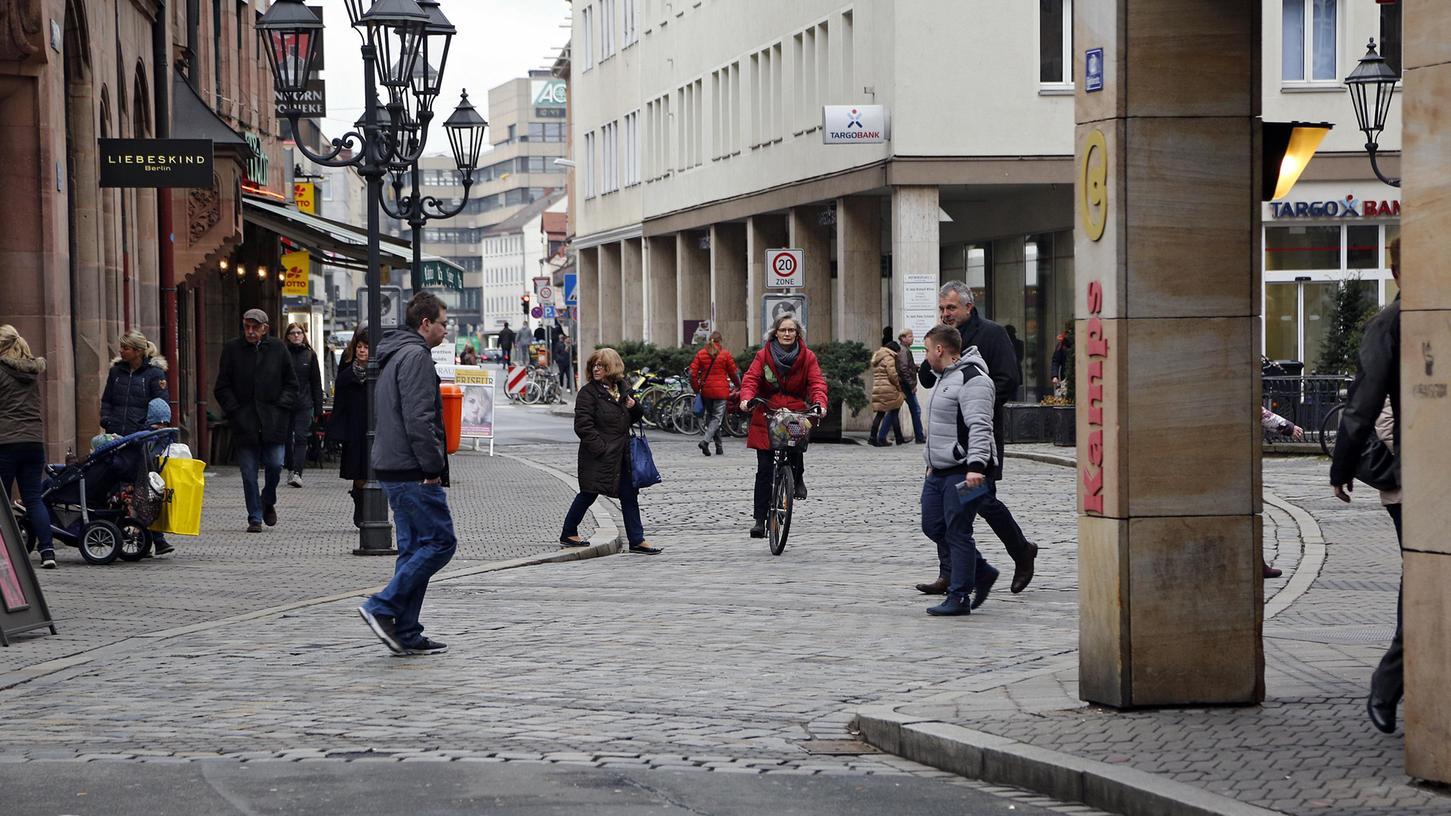 Nach dem Beschluss des Verkehrsausschusses entsteht eine neue Nord-Süd-Verbindung durch die Altstadt. Die Durchfahrt der Färberstraße ist folglich für Radler auch zwischen Karolinen- und Adlerstraße ganztags erlaubt.