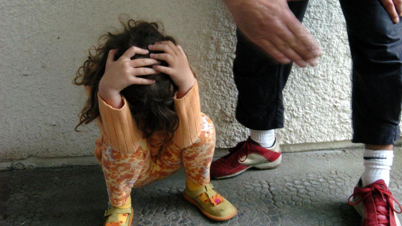 Wenn ein Kind misshandelt oder vernachlässigt wird - wie auf dem Foto symbolhaft dargestellt - ist es wichtig, dass etwa Ärzte oder Pfleger Anzeichen dafür richtig deuten und schnell handeln.
