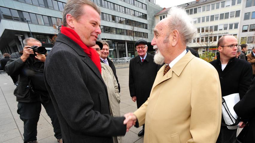 Bruno Schnell und Oberbürgermeister Ulrich Maly auf dem Willy-Brandt-Platz bei der Einweihung der vom NN-Verleger mit gesponsorten Bronze-Skulptur des SPD-Kanzlers und Friedensnobelpreisträgers Willy Brandt.