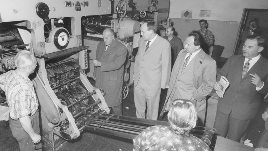 Mit einem Kooperationsmodell, das kleine Lokalzeitungsverlage der Region zu Partnern der Nürnberger Nachrichten machte, schuf Bruno Schnell (2. von rechts) die Basis für eine der größten deutschen Tageszeitungen. Im Juni 1959 drückt der Windsheimer Verleger Hermann Delp den Startknopf zum Andruck seiner Zeitung im Nürnberger Verlagshaus.