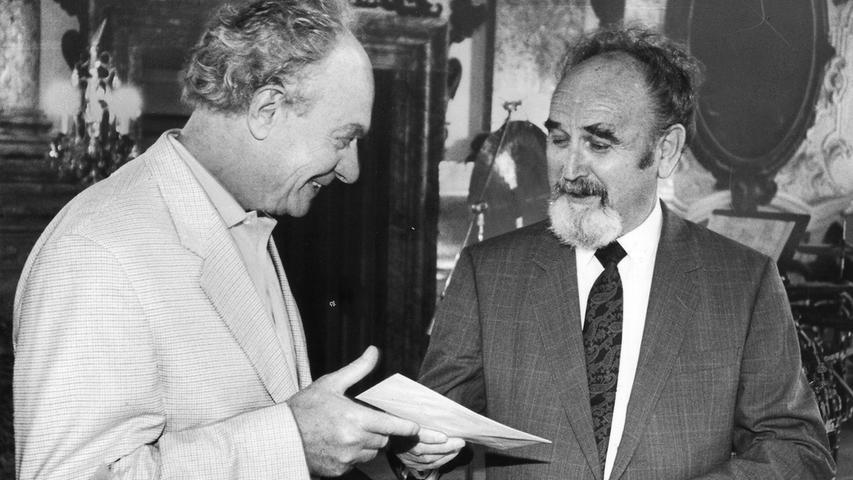 Ein leidenschaftlicher Förderer der regionalen Kunstszene: Bruno Schnell überreicht 1993 im Schloss Pommersfelden dem Nürnberger Maler und Grafiker Toni Burghart den Kunstpreis der Nürnberger Nachrichten.
