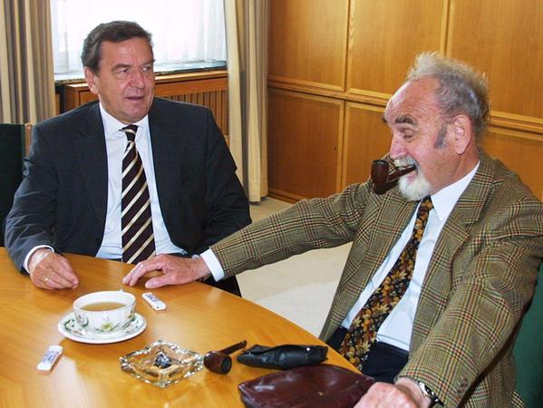 Der Bundeskanzler zu Besuch beim NN-Herausgeber: SPD-Politiker Gerhard Schröder tauschte sich im Jahr 2002 mit Bruno Schnell über aktuelle Fragen aus.
