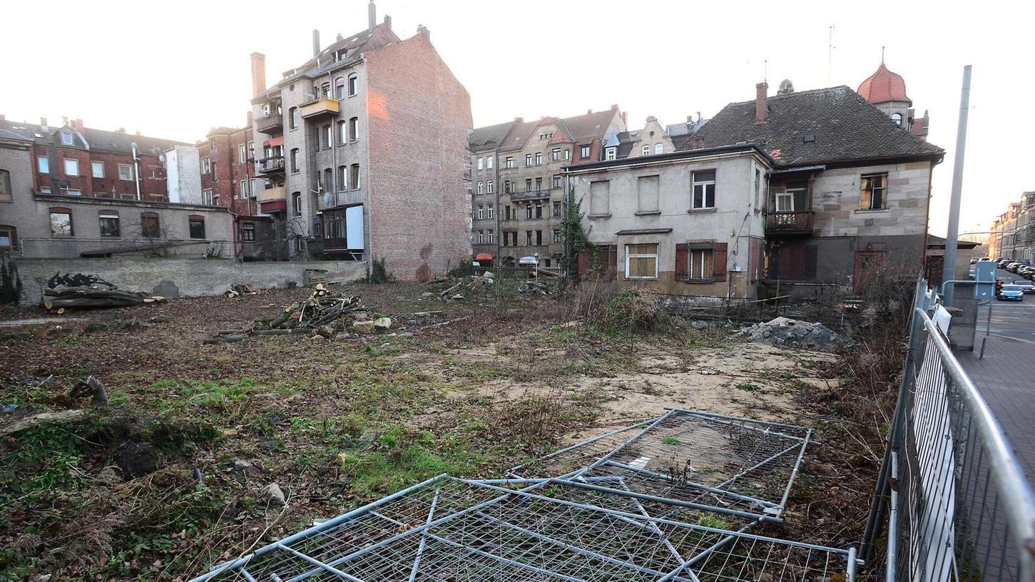 Der stattliche Bewuchs ist Geschichte, mehrere Bäume wurden gefällt. Nach Angaben des Grundstückseigentümers sowie der Stadt Fürth war das wegen der anstehenden Baumaßnahme unvermeidlich.