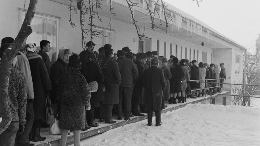 Durch die Schließung des Bergwerks im Dezember 1967 schnellte die Arbeitslosenzahl in Pegnitz mit über 16 Prozent auf den zweithöchsten Wert in ganz Bayern. Bei der ersten Auszahlung der Arbeitslosenunterstützung, die im Don-Bosco-Heim der katholischen Pfarrei durchgeführt wurde, bildete sich deshalb verständlicherweise vor der Kasse eine lange Schlange von Männern und Frauen. Viele hatten trotz klirrender Kälte schon seit den frühen Morgenstunden dort ausgeharrt.