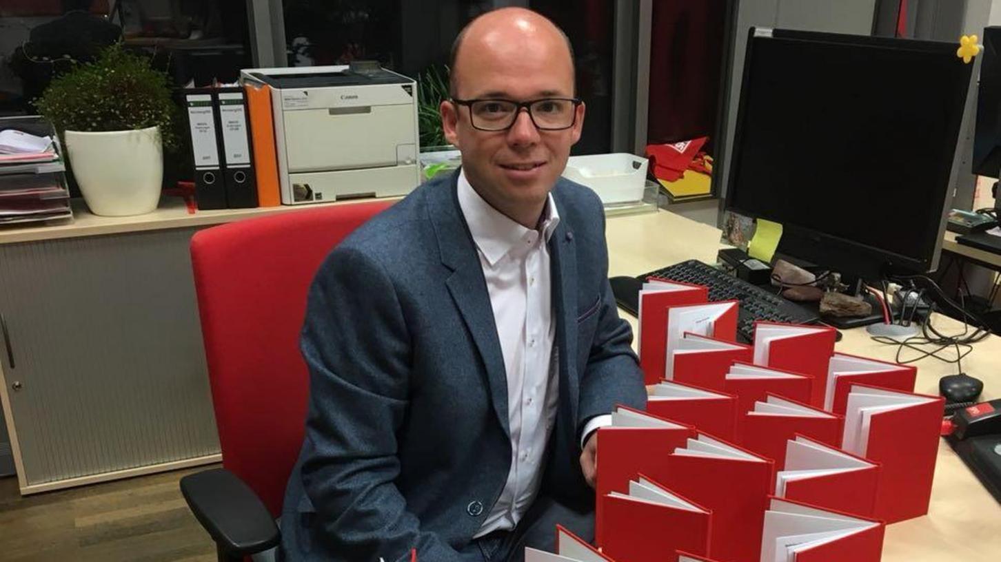 SPD-Chef Thorsten Brehm muss derzeit viele Parteibücher unterschreiben. Die sind nun sogar ausgegangen.