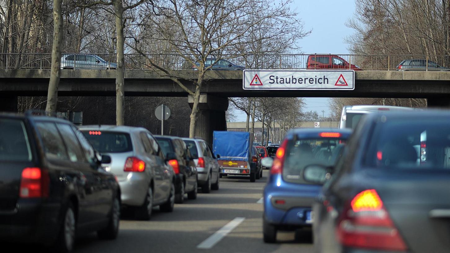 Vorsicht, Stau: Der kreuzungsfreie Ausbau des Frankenschnellwegs wird von vielen Menschen herbeigesehnt, von anderen verteufelt. Aufgrund der Verzögerungen liegen die geschätzten Baukosten schon bei 600 Millionen Euro.