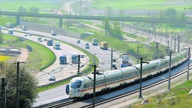 Umstrittenes Milliardenprojekt: 1987 lehnte Greding (unser Bild zeigt den ICE-3 auf der Trasse neben der Autobahn bei der Stadt) den Bau ab.Foto: dpa