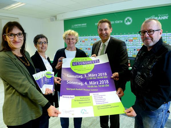 Pressekonferenz zur Gesundheitsmesse, unter anderem mit Eva Göttlein (links) und Bürgermeister Markus Braun (2. v. re.)