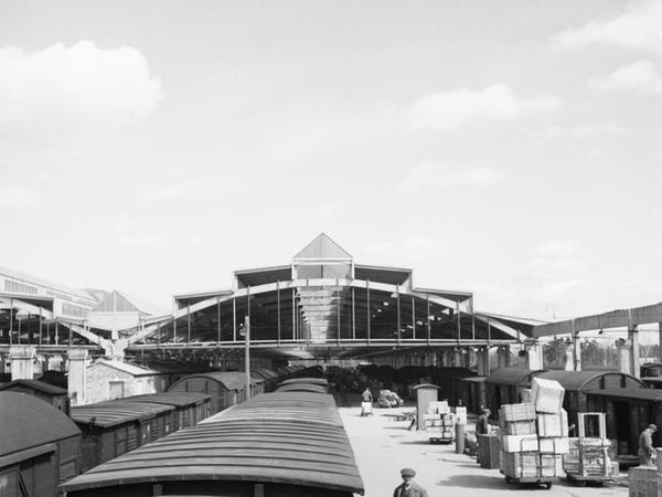 """Geschäftiges Treiben vor der """"Ula"""" 1957. Einige Jahre später erreichte der Bahnhof mit 496 000 Tonnen Jahresumschlag seine Höchstleistung."""