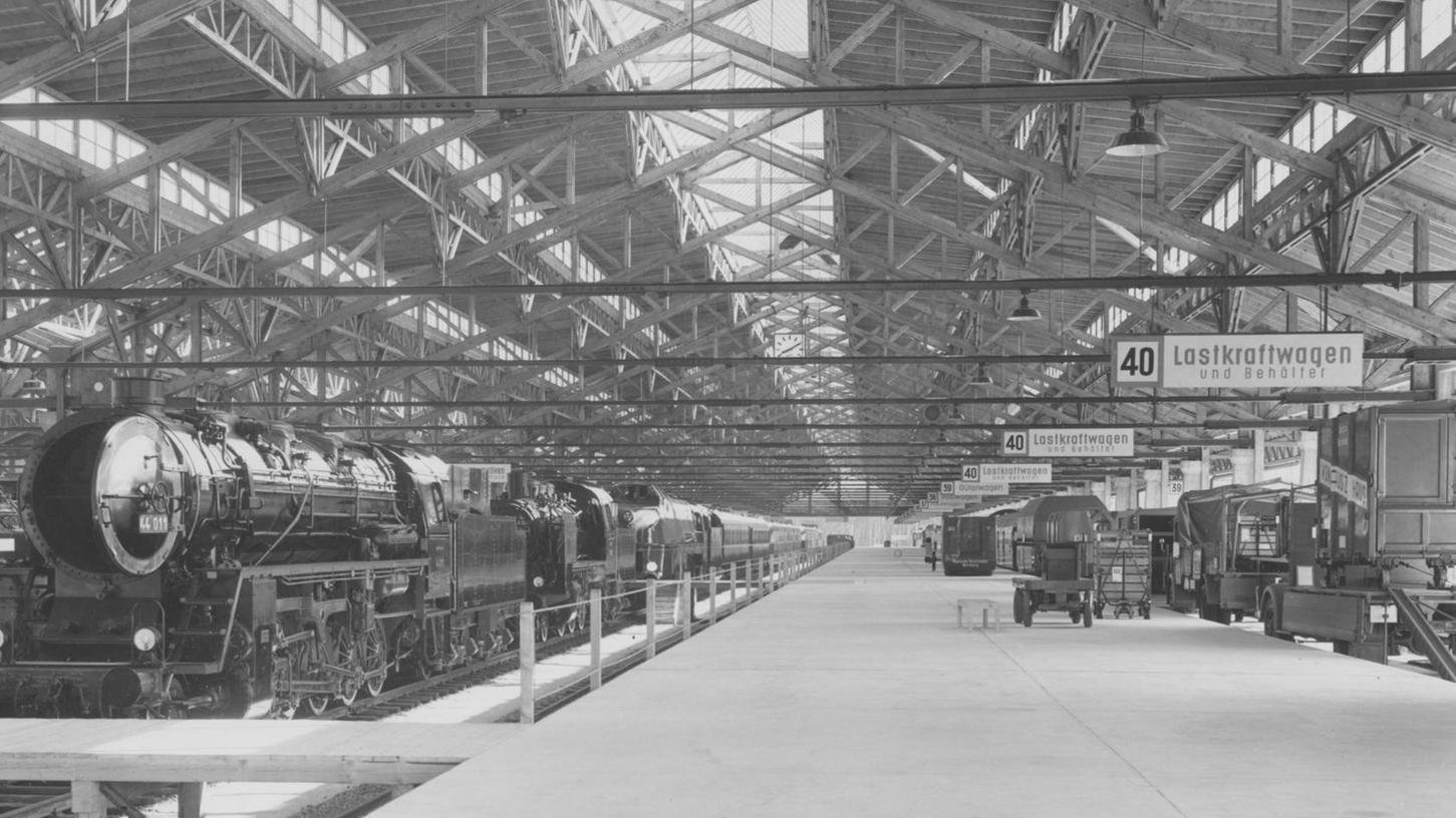 """Zur Jubiläumsausstellung """"100 Jahre Deutsche Eisenbahn"""" präsentierten sich die Umladehallen 1935 als riesiger Ausstellungsraum."""