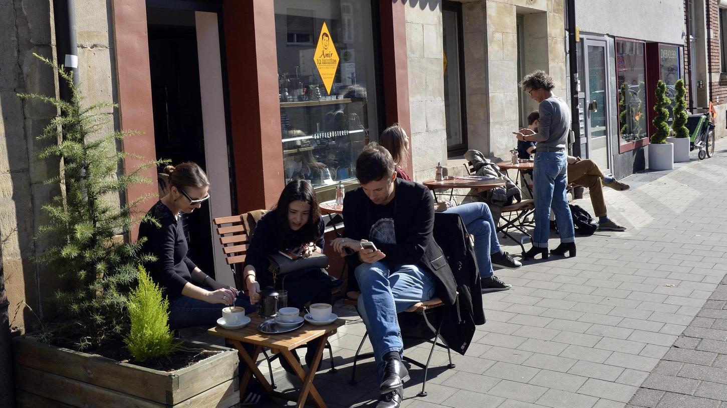 Beliebter Platz in der Sonne: Vor der Rösterei von Amir Mohammadi sitzen im Sommer Gäste und trinken ihren Kaffee. Sollte das Café direkt gegenüber schließen müssen, würden diese Bilder der Vergangenheit angehören.