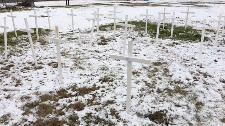 Auf den Kreuzen, die auf dem Baugelände der künftigen Moschee in Regensburg aufgetaucht sind, waren die Namen jener Menschen angebracht, die 2016 bei einem Terroranschlag in Brüssel getötet wurden.