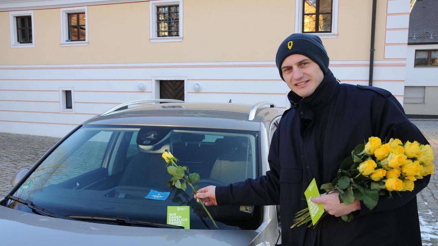 """Gelbe Rosen und ein freundliches Dankeschön auf einer grünen Karte hefteten Mitarbeiter des Zweckverbandes Kommunale Verkehrssicherheit an die Windschutzscheiben der """"Richtigparker""""."""