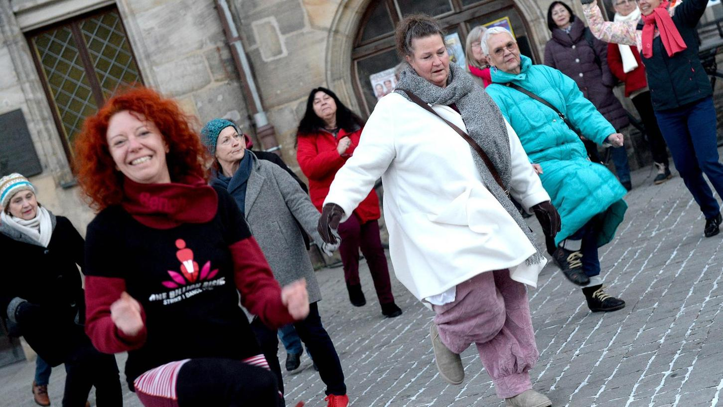 """Anja Drummer (vorne im Bild) ist eine der Initiatorinnen von """"One Billion Rising"""". Gemeinsam tanzten die Frauen am Rathausplatz."""
