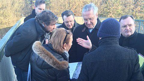 Auf der Forstbrücke über der A9 warfen Innenminister Herrmann und Michael Frieser (CSU) einen Blick in die Pläne der Bürgerinitiative.