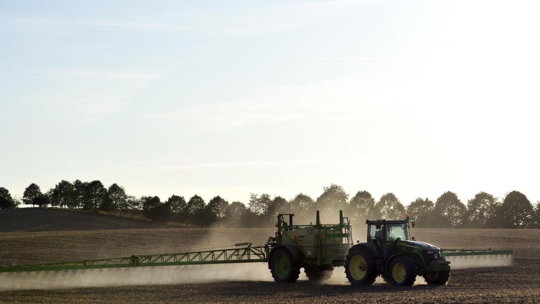 Ein Bauer besprüht sein Feld. Landwirte beklagen ein allgemeines Unverständnis für die bäuerlichen Produktionsbedingungen.