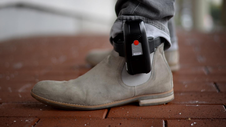 Auch um den Einsatz der Fußfessel, die ständig den Aufenthaltsort an die Behörden meldet, geht es bei der Ausweitung der Kompetenzen für die bayerische Polizei.