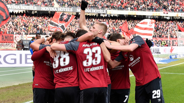 So sehen Spitzenreiter aus: Der 1. FC Nürnberg hat nach dem Sieg gegen Duisburg satte sieben Punkte Vorsprung auf Rang drei.