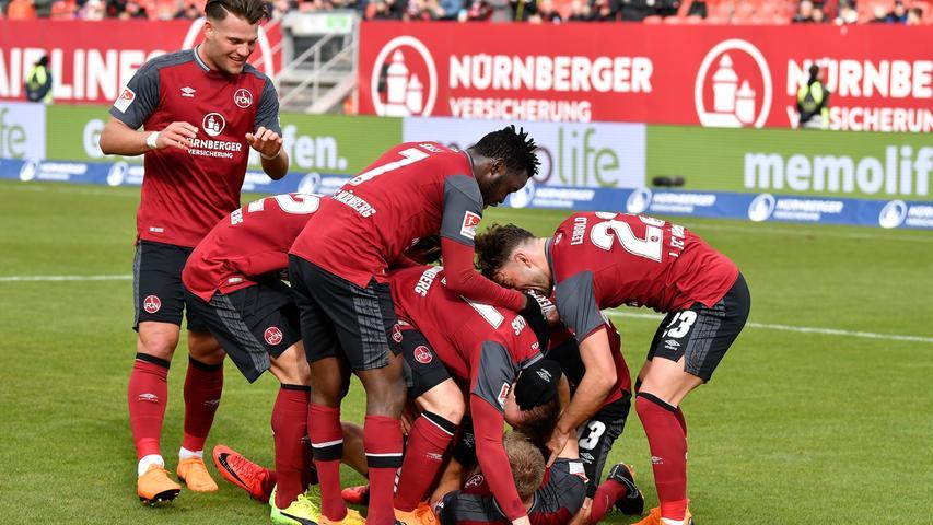 ...die Kugel überlegt zum 2:0 ins Duisburger Tor. Damit stellt Behrens sein eigenes Tore-Konto auf neun und das des FCN auf 45 - kein anderer Zweitligist kommt bislang in dieser Saison auf mehr Treffer als der neunmalige Deutsche Meister.